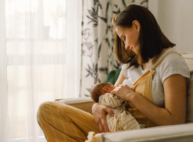 حليب ثدي الأمهات المُلقحات ضد كوفيد-19 يحتوي أجسام مضادة تحارب المرض